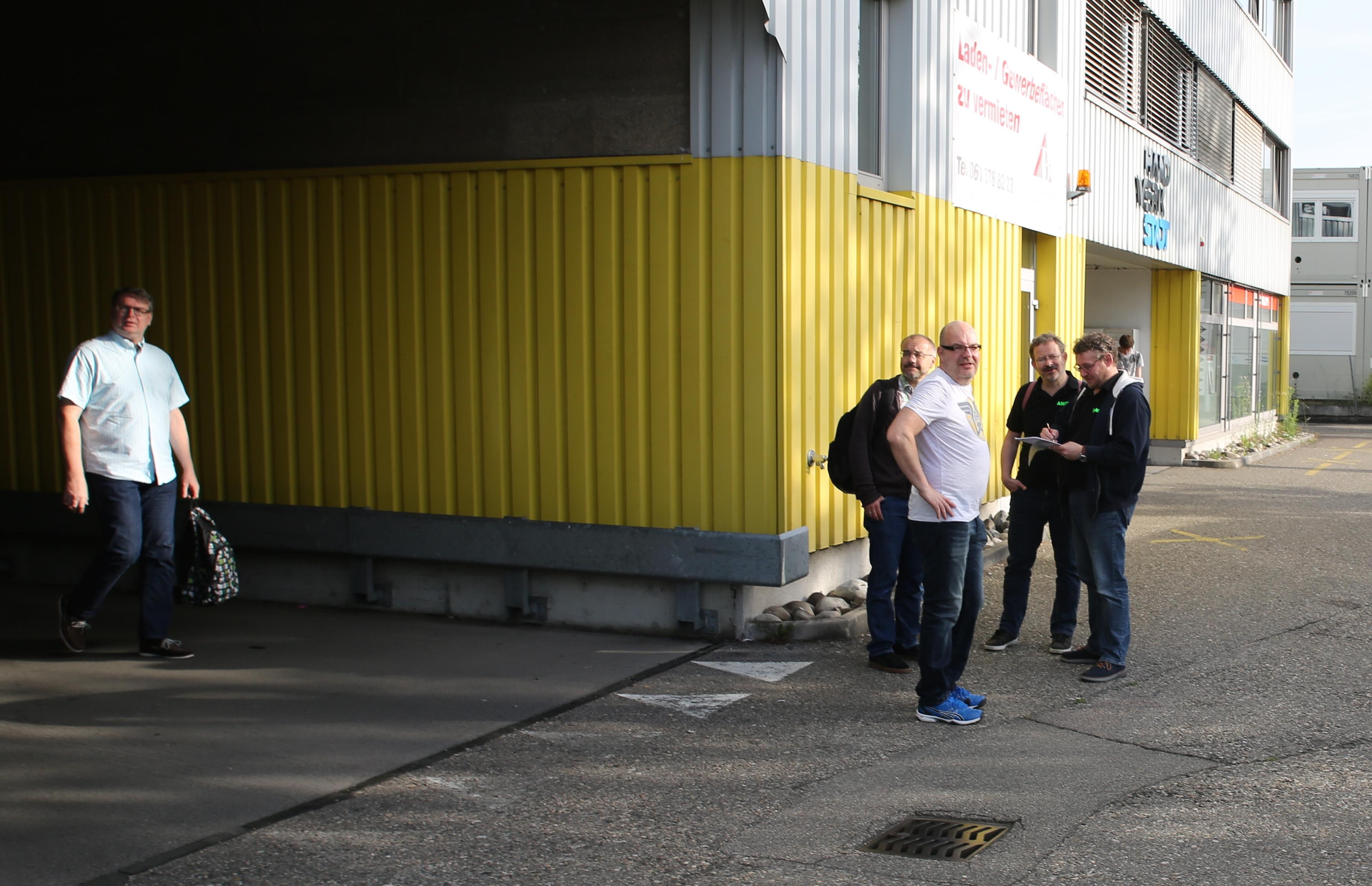 Versammlung vor dem Club